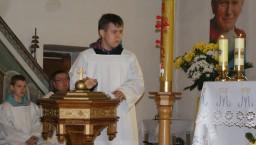 Szymon daje na chrzcielnicy...  /fot.: ms /